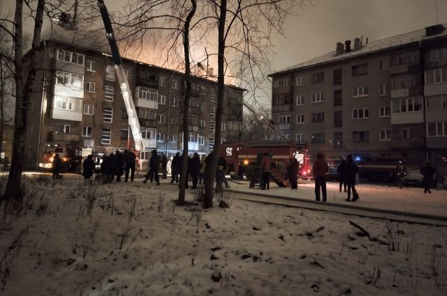 Во время пожара жителей эвакуировали. Крыша сгорела.