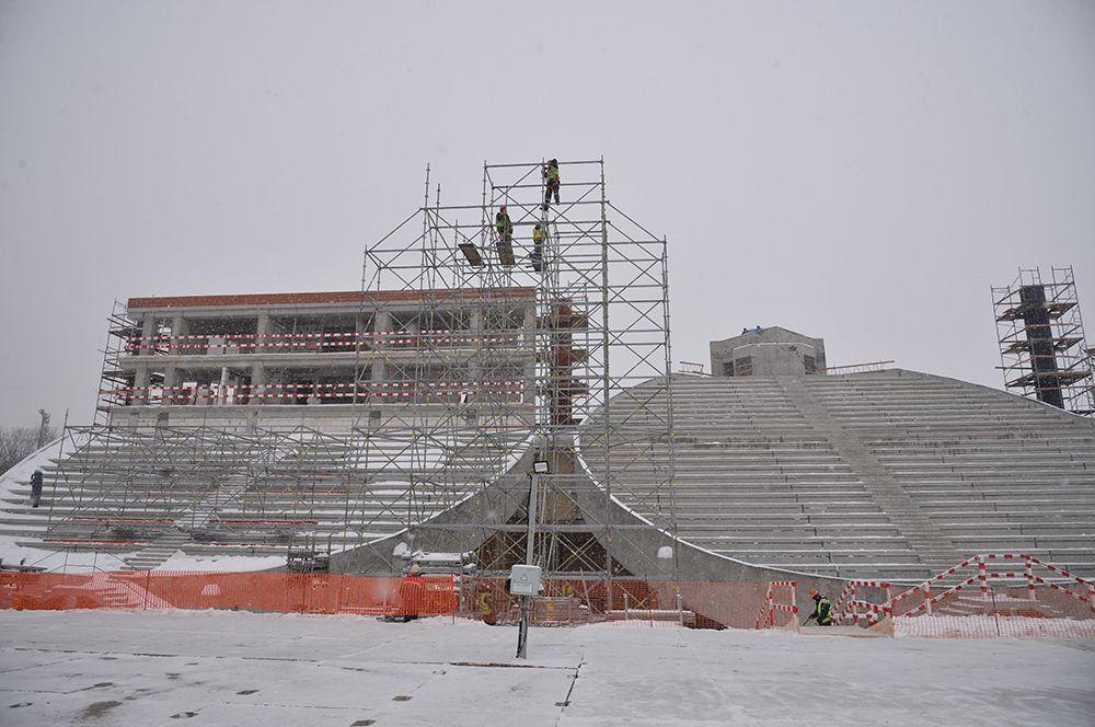 От осадков и солнца болельщиков защитит специальный навес. Ещё одним украшением стадиона станет ночная архитектурная подсветка.