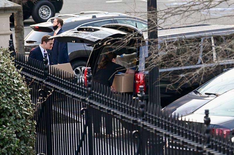 Сотрудники выносят вещи из западного крыла Белого дома.
