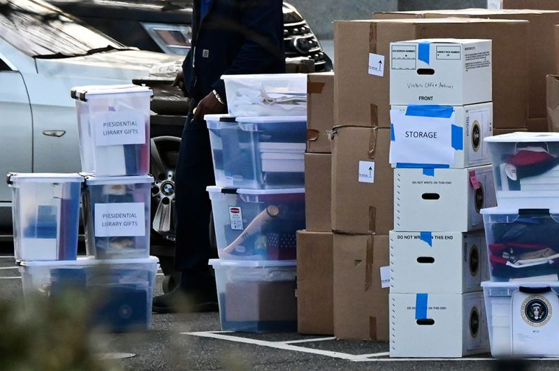 Коробки с вещами на территории Белого дома.