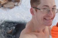 Андрей ежедневно купается в проруби