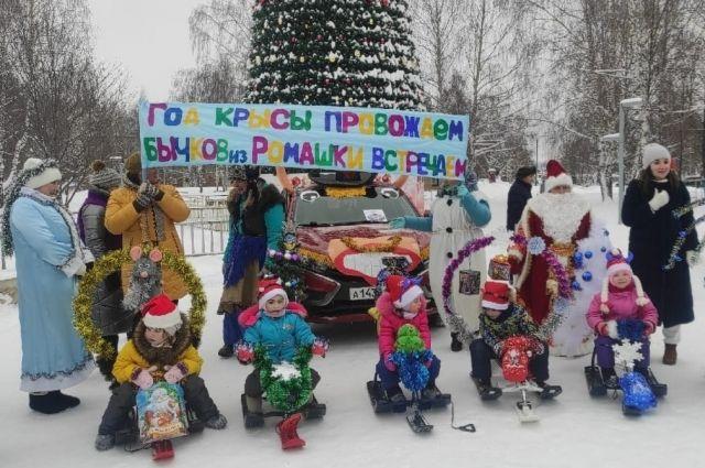 Около ёлок для детей прошёл праздник.