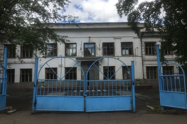 Школу в 2020 году признали аварийной и закрыли.