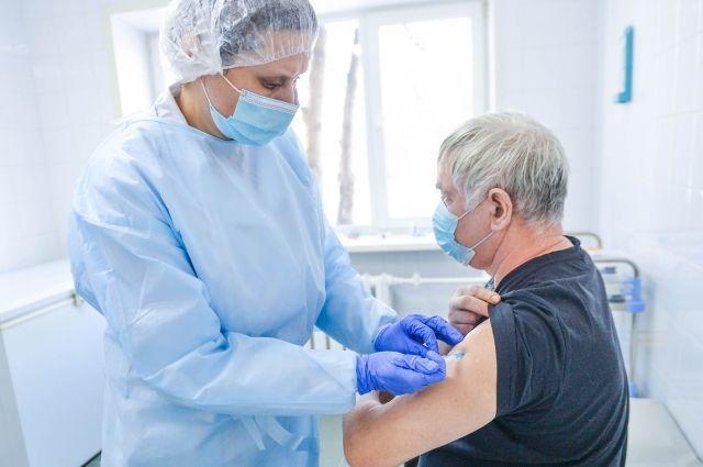Почти половина из привившихся уже получила вакцину двукратно