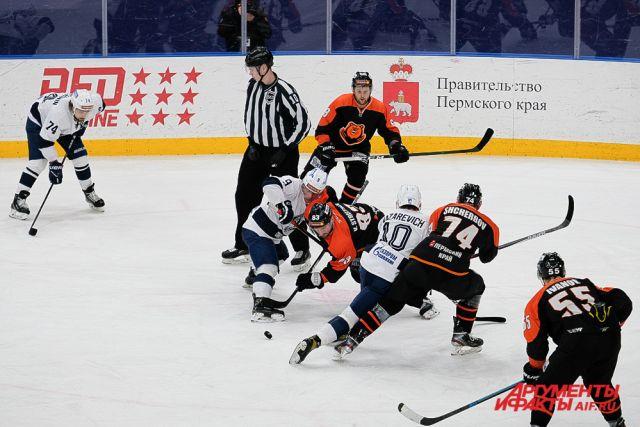 Гости из Санкт-Петербурга забросили две шайбы в ворота пермяков.