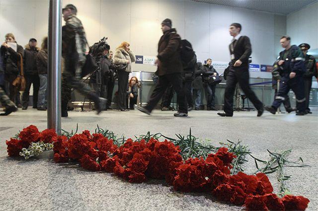 Живые цветы в зале прилета международного терминала аэропорта Домодедово в память о погибших при взрыве 24 января.