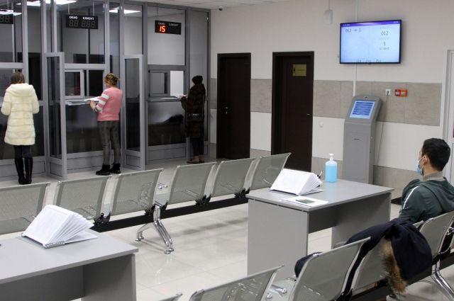 В центре три зала для приема граждан и современное оборудование.