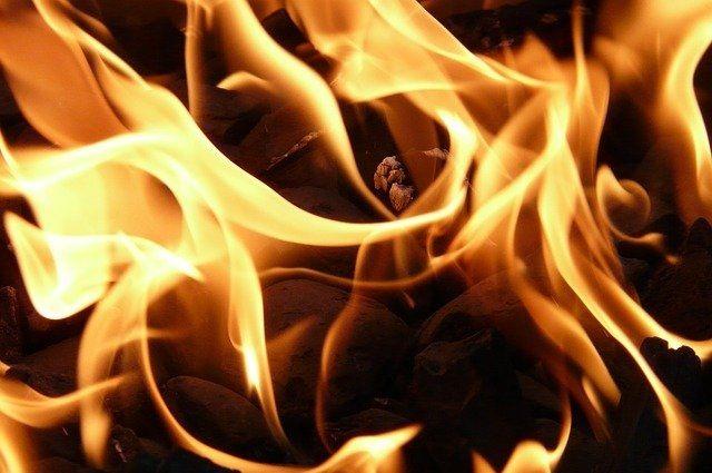Ночью загорелась крыша котельной.