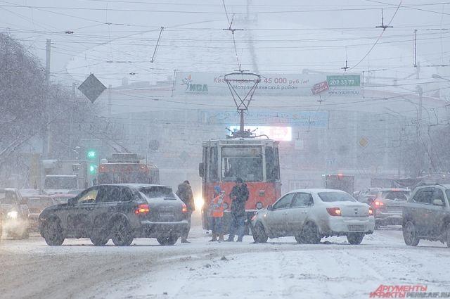 Из-за сильного снега МЧС просит жителей быть осторожнее и воздержаться от поездок на автомобилях.