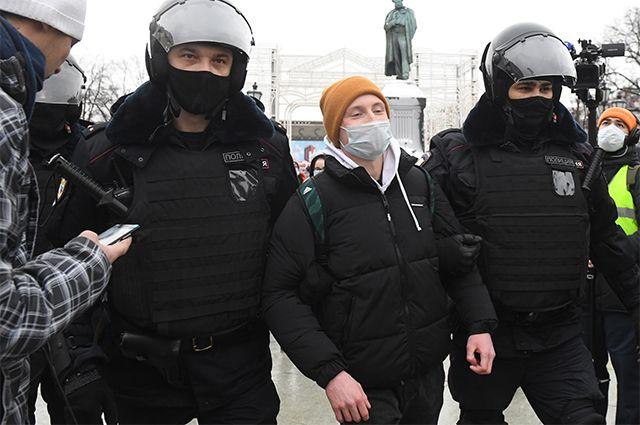 Сотрудники правоохранительных органов задерживают участника несанкционированной акции сторонников Алексея Навального в Москве. 23.01.2021