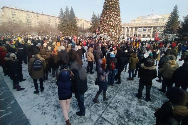 Полиция задержала нескольких участников несанкционированного митинга на площади Ленина в Новосибирске. Мероприятие не было согласовано с местными властями.