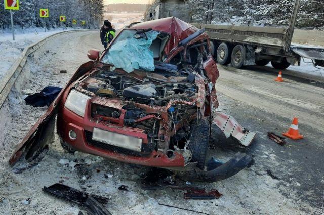 Водитель легковушки погиб на месте.