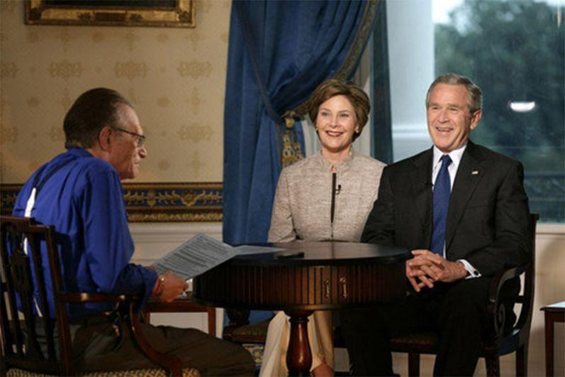 Ларри Кинг берет интервью у президента Джорджа Буша и Лоры Буш. 6 июля 2006 года.