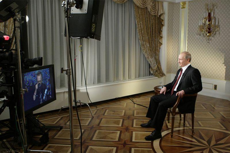 2 декабря 2010 г. Глава правительства РФ Владимир Путин отвечает на вопросы телеведущего телекомпании CNN Ларри Кинга во время интервью.