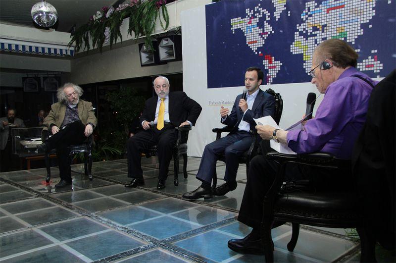 Американский телеведущий Ларри Кинг (справа) берет интервью у главного редактора радиостанции