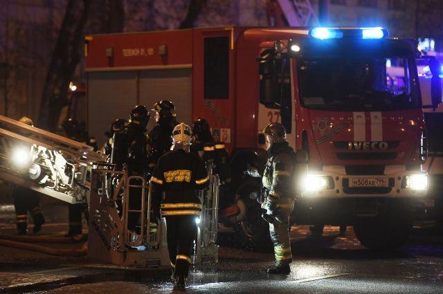Крупный пожар в производственном здании тушат в Екатеринбурге