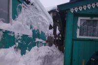 В Можге рухнувший с крыши снег заблокировал вход в дом