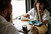 Чаще всего на разговоры отвлекаются работники банков, образования и науки.