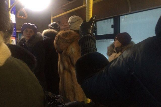 Оренбуржцы жалуются на жесткую нехватку автобусов на 56 маршруте, которая наблюдалась в их районе и 10 лет назад.