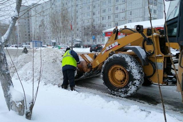 В Тюмени в уборке снега в смену задействуют 300 рабочих и 400 спецмашин
