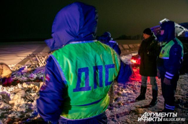 Сотрудникам пришлось до темноты искать части машины и вещи после ДТП.