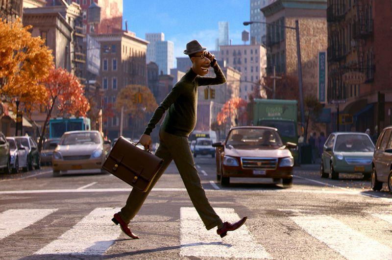 «Душа». Новый мультфильм от Pixar. Школьный учитель музыки после смерти попадает в мир, где рождаются человеческие увлечения, мечты и интересы, и знакомится там с молодой душой.
