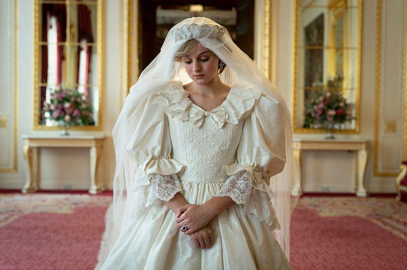 «Корона». История британской королевской семьи, начиная с момента свадьбы Елизаветы II в 1947 году до настоящего времени.