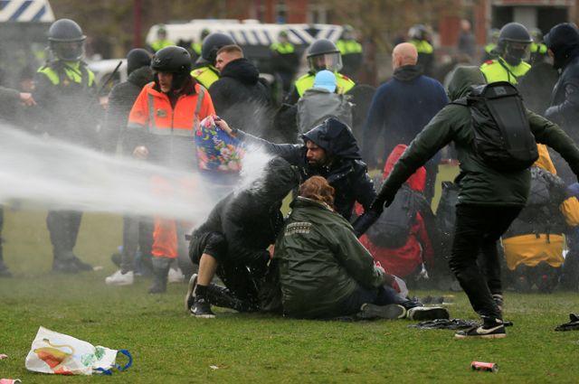 Разгон протестующих в Амстердаме.