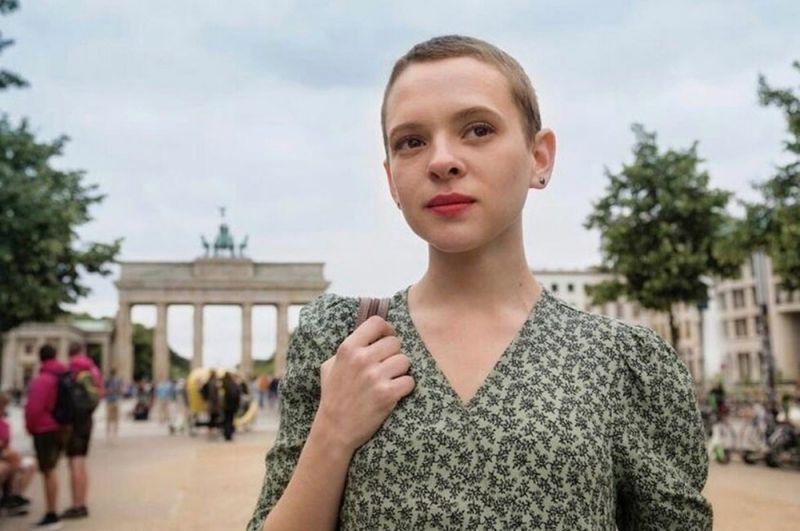 «Неортодоксальная». 19-летняя еврейка сбегает из ультраортодоксальной общины в Вильямсбурге и переезжает в Берлин.