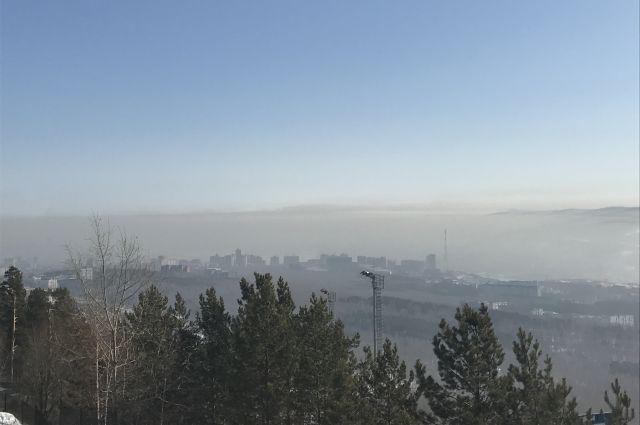 Безветренная погода и потепление - причины спустившегося смога над городом.
