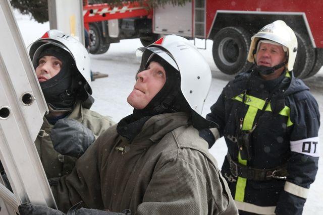Даже самой суровой зимой для пожарных наступает горячая пора.