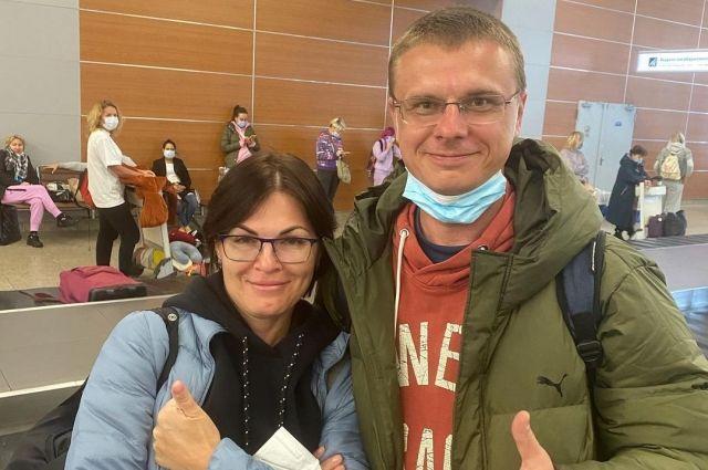 Юлия Чуланова и Василий Жданов в аэропорту.