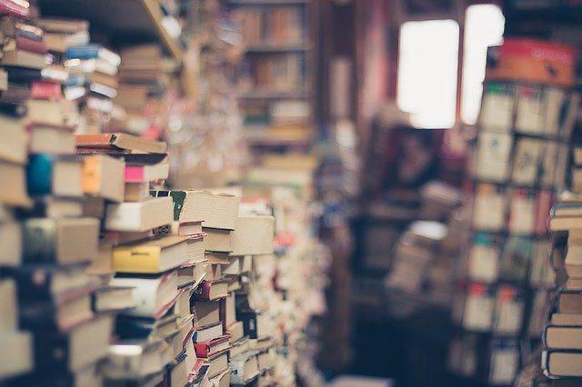 В Новосибирской области продолжают постепенно снимать коронавирусные ограничения. Читатели вновь могут трогать книги в библиотеках, однако только в перчатках.