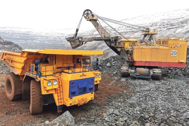 В карьере МГОКа работает уже третий БелАЗ грузоподъёмностью 240 тонн.