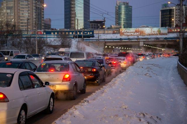 На многих дорогах движение очень плотное.