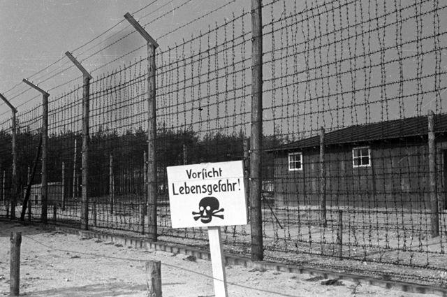 Проволочное ограждение концлагеря «Майданек», лагерь смерти Третьего рейха на окраине польского города Люблин.