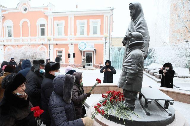 Несмотря на мороз, красноярцы собрались у памятника детям войны.