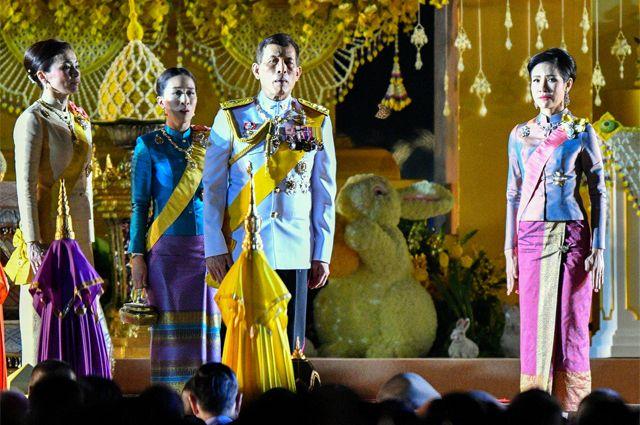 Король Таиланда Рама X (в центре), королева Сутхида (крайняя слева), королевская фаворитка Сининат (справа).