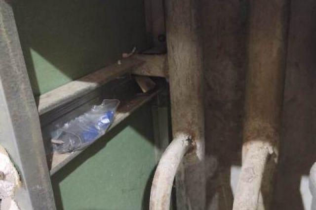 Наркотики хранил в ванной, в коробе для труб водоснабжения.