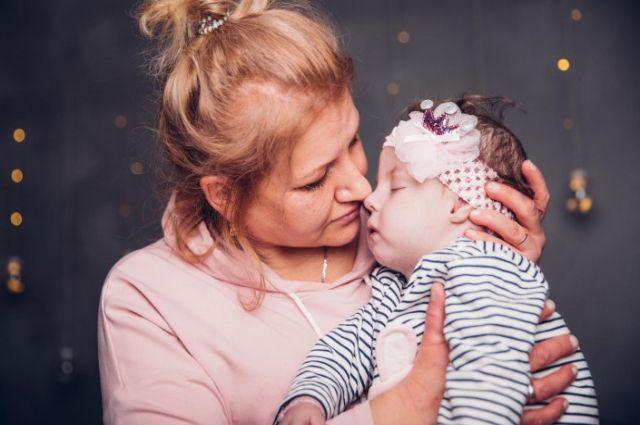 О девочке заботятся мама и специалисты службы качества фонда.