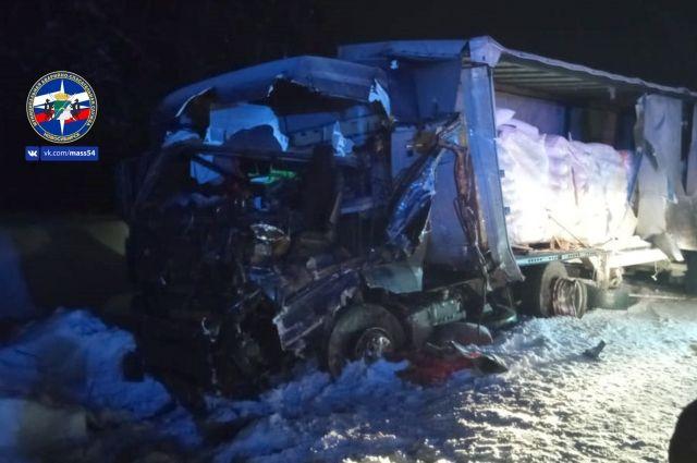 Попавшие в аварию фуры перегородили дорогу