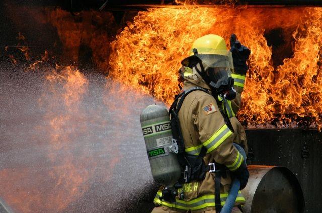 На кадрах видно пламя и большие клубы дыма.