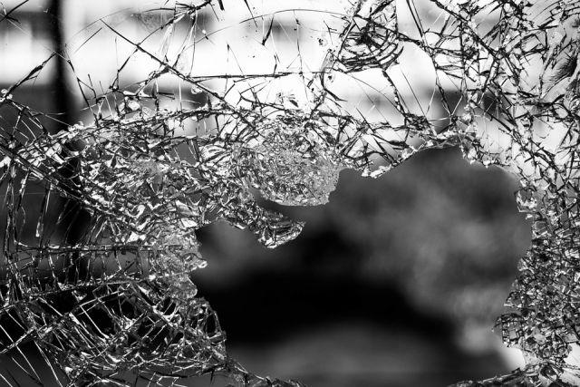Подросток телефоном разбил недавно установленную «умную» остановку