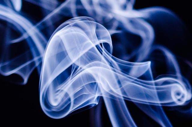 Школьник устроил пожар, желая покурить «бычок», выброшенный матерью