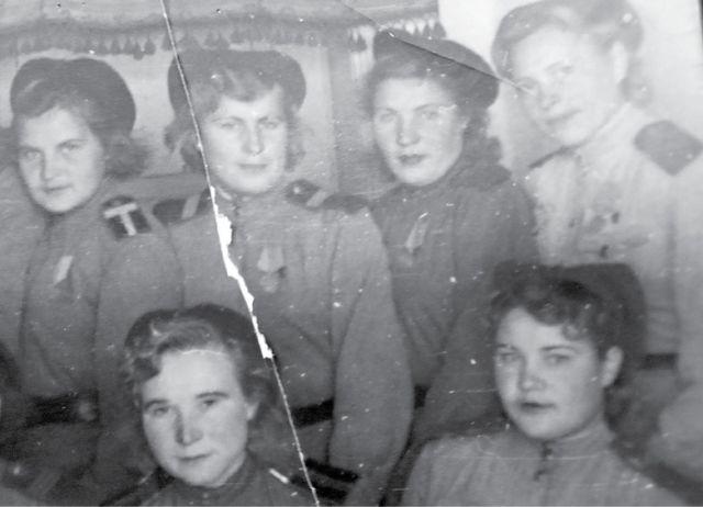 Справа в верхнем углу Мария Потехина, после замужества Бондарук. Фото 1945 года.