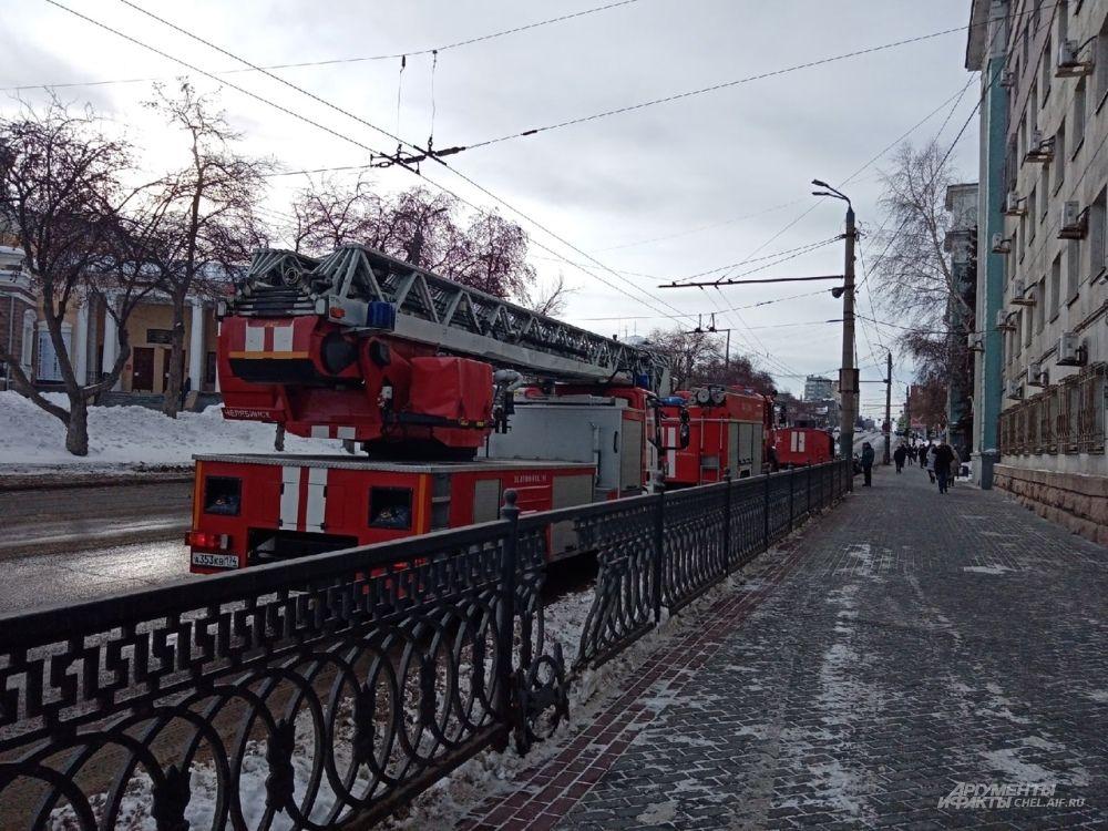 На место выезжали не менее девяти пожарных расчётов.