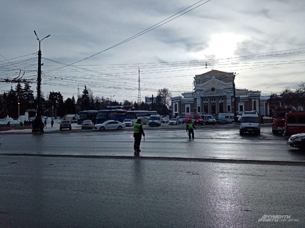 На перекрёстке проспекта Ленина и ул. Воровского работают регулировщики.