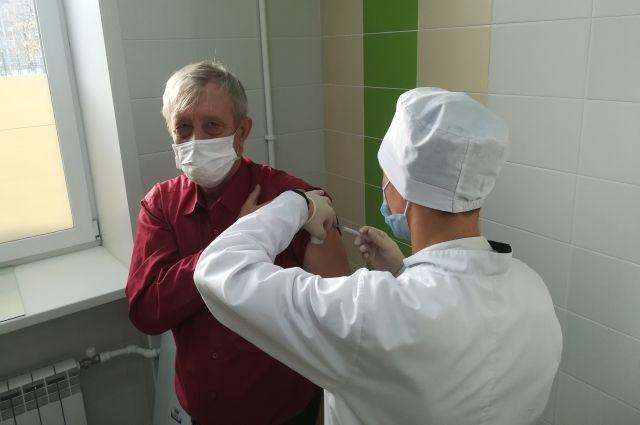 В Новосибирской области 14146 человек поставили прививку от коронавируса. Вакцинация проходит в 61 пункте в 59 медучреждениях региона.