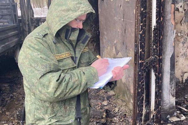 Следователи и следователи-криминалисты проводят осмотр места происшествия.