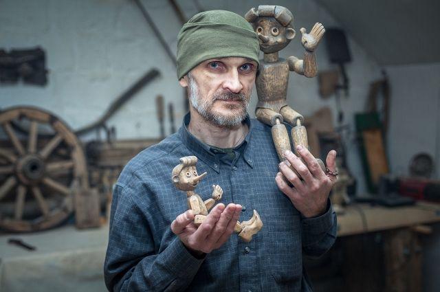 Станислав Дерябин, скульптор из Нижнего Тагила, может вырезать Буратино в любом образе.